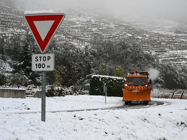 Rhône-Alpes : la neige abondante perturbe circulation et réseau électrique