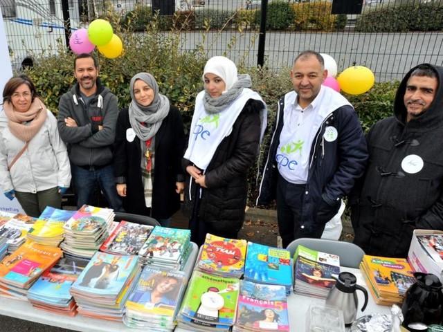 Toulouse. Les parents d'élèves distribuent les manuels que le collège ne fournit pas