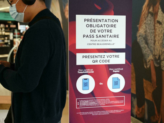 """Pass sanitaire dans les centres commerciaux: """"la confusion est totale"""""""