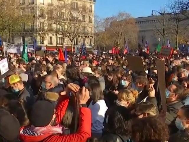 Des milliers de manifestants à Paris, Marseille ou Lille contre la loi de sécurité globale