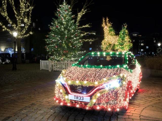 Cette Nissan Leaf est un vrai sapin de Noël !