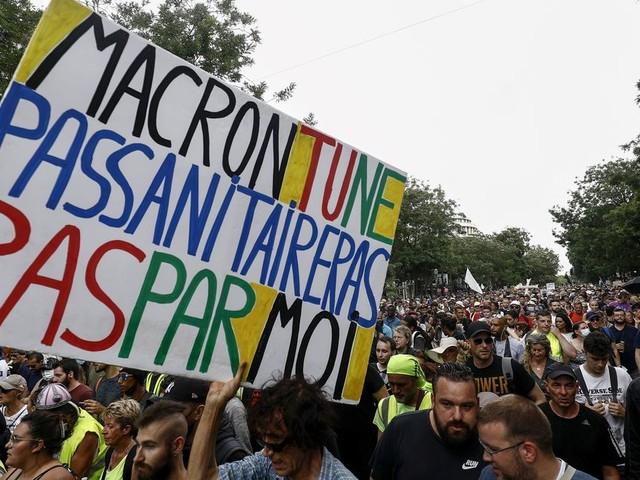 Pass sanitaire: des manifestations partout en France et quelques heurts