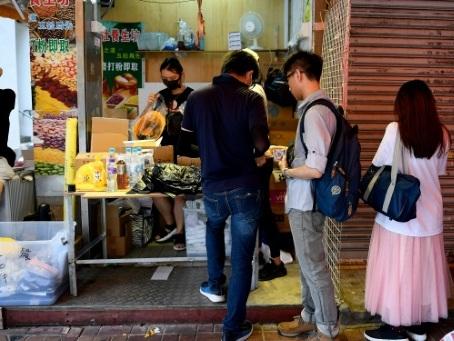 """Hong Kong: le """"matériel du désastre national"""" commence à manquer en boutique"""