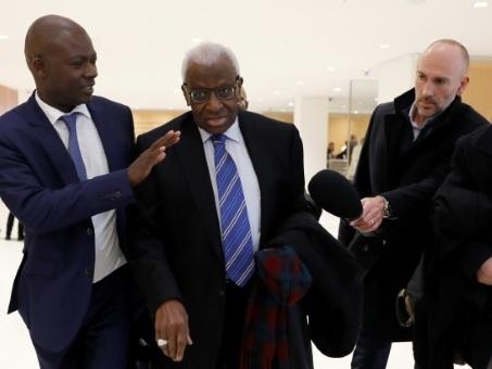 Dopage et corruption: le procès du clan Diack torpillé et renvoyé dès le premier jour