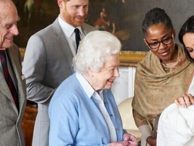 La présence de Doria Ragland, la mère de Meghan Markle, sur la photo officielle d'Archie est un moment historique pour la Grande-Bretagne pluriculturelle