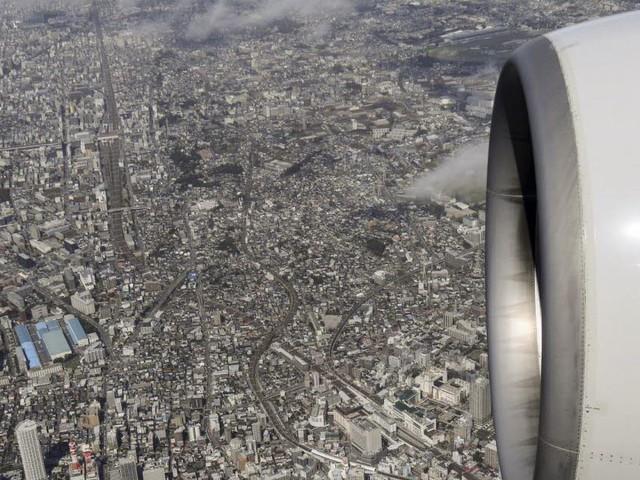 Un avion en difficulté lâche son carburant au-dessus d'une école
