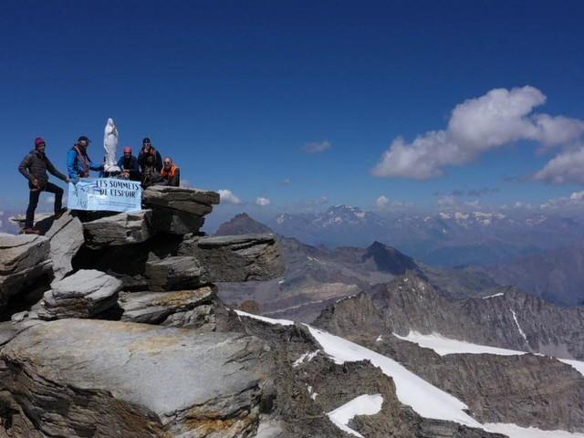 4 061 mètres et une rage de vivre intacte : trois femmes atteintes d'un cancer au sommet du Grand-Paradis