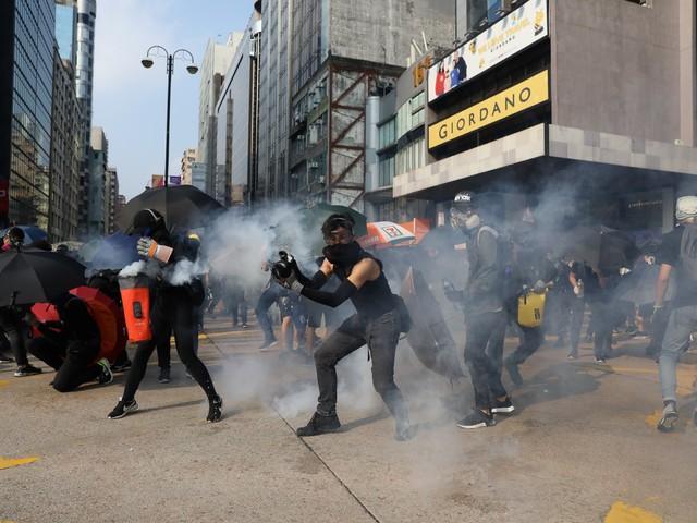 Hong Kong: la foule défie la police après l'agression de deux militants