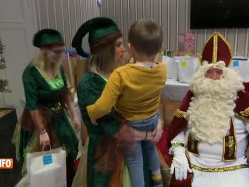Le Prince Laurent joue les assistants de Saint-Nicolas pour offrir des sourires à des enfants placés