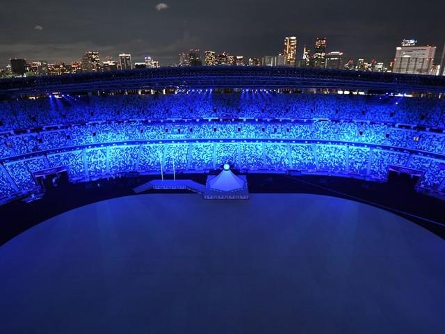 Une flamme dans une tempête de covid. Celle des jeux olympiques sans spectateurs de Tokyo.
