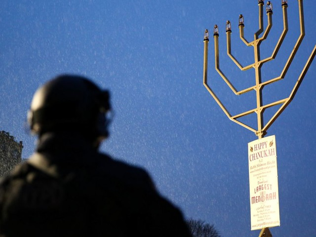 """Un suspect inculpé après l'attaque """"terroriste"""" contre la communauté juive près de New York"""