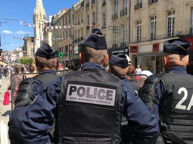 A Caen, les Gilets jaunes se dispersent pour rentrer dans le centre interdit et semer la police