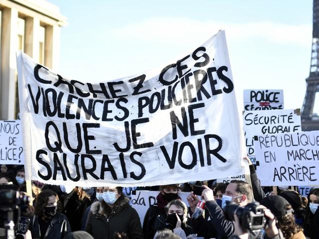 """Des milliers de personnes manifestent en France contre la loi """"sécurité globale"""""""