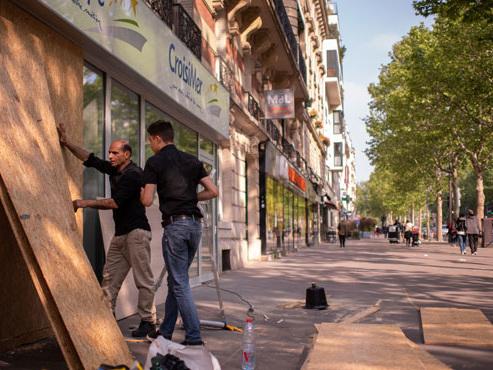 La France se prépare à un 1er mai sous tension: des activistes radicaux attendus, plus de 7.000 policiers déployés dans la capitale