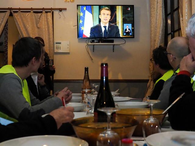 """Les """"gilets jaunes"""" réagissent aux annonces de Macron : """"un pas en avant, mais pas suffisant"""""""