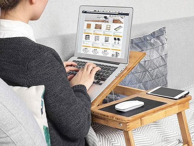 Cette table pliable est idéale pour travailler sans quitter votre lit