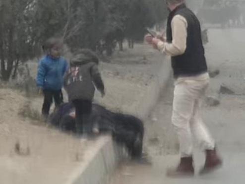"""""""Maman, relève-toi"""": une vidéo déchirante d'enfants en pleurs après une explosion choque l'Afghanistan"""