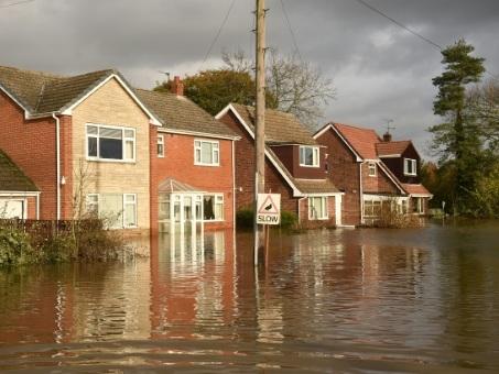 Inondations en Grande-Bretagne: l'armée, et les candidats, auprès des sinistrés