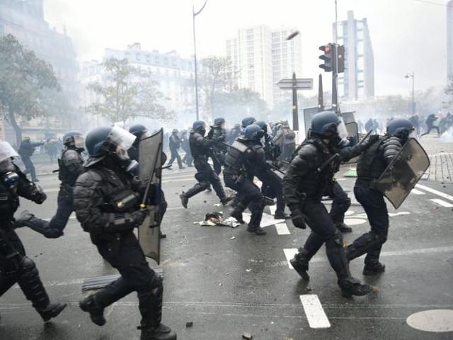 """""""Gilets jaunes"""": 3 mois avec sursis requis contre le premier policier jugé à Paris pour violences"""