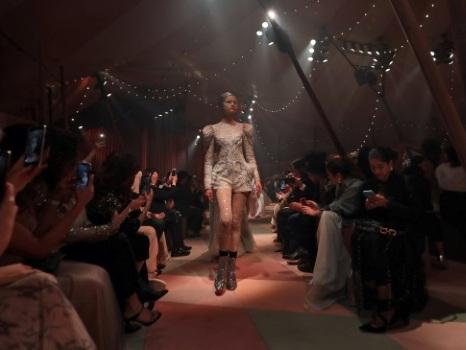 """Dior dévoile une collection """"capsule"""" à son premier défilé à Dubaï"""