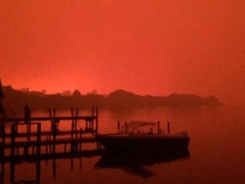 """La ville australienne de Mallacoota encerclée par les flammes: """"Il y a des incendies partout, des braises volent dans toutes les rues"""""""