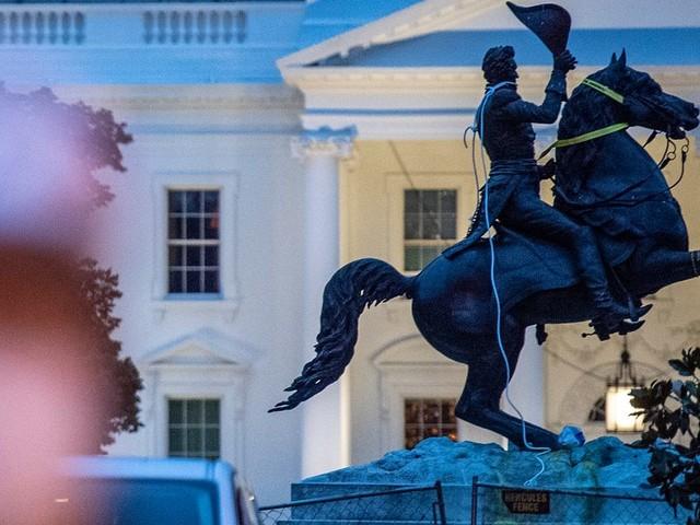 Ils voulaient déboulonner une statue face à la Maison Blanche, quatre hommes inculpés