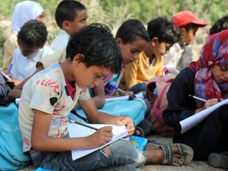 Au Yémen, des cours en plein air pour des enfants privés d'école