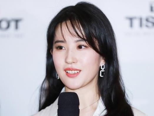 """L'actrice de """"Mulan"""" affiche son soutien à la police de Hong Kong et déclenche un tollé sur les réseaux sociaux"""