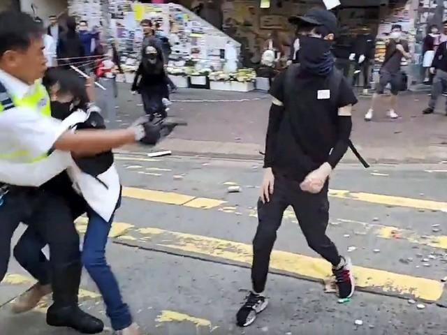 Chaos à Hong Kong : un manifestant blessé par balle, un homme transformé en torche humaine