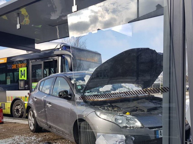 Trois piétons fauchés sous un abris bus à Firminy : un blessé grave