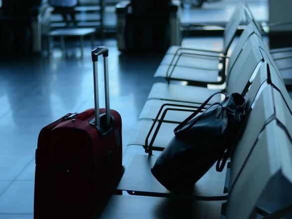 Des passagers qui prennent leurs bagages dans la cabine d'avion sont exposés à ce danger