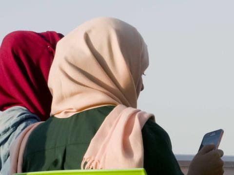 """Fatima E, la mère voilée du conseil régional, raconte son """"traumatisme"""""""