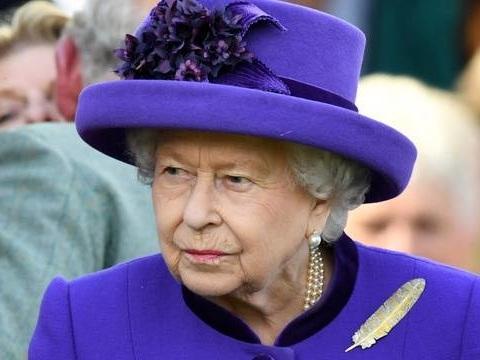 «Recrute pour contrat à temps plein»… La reine d'Angleterre recherche un community manager sur LinkedIn