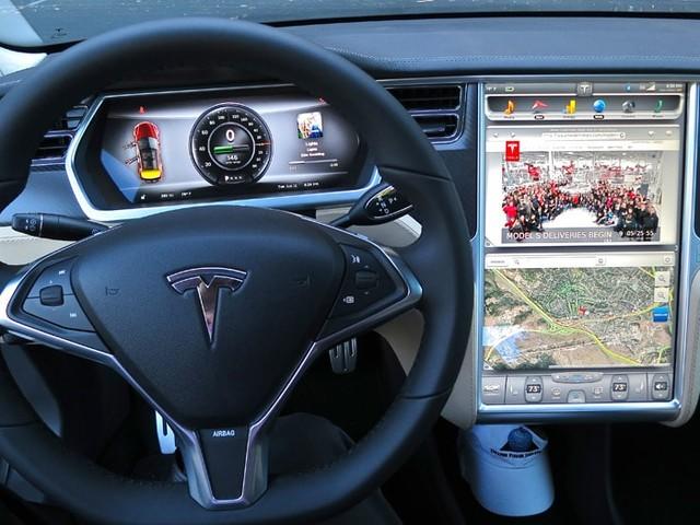 Tesla : YouTube bientôt disponible sur l'écran des voitures, annonce Elon Musk