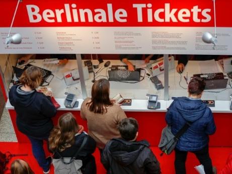 Glamour et politique, la 70e Berlinale ouvre ses portes