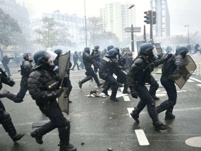 Gilets jaunes : 3 mois avec sursis requis contre le premier policier jugé à Paris pour violences