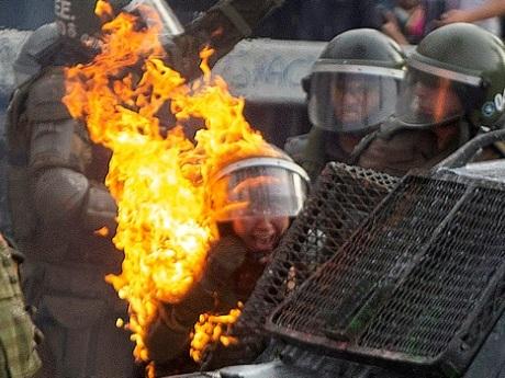 Chili: affrontements entre forces de l'ordre et manifestants pour la 3e semaine de contestation