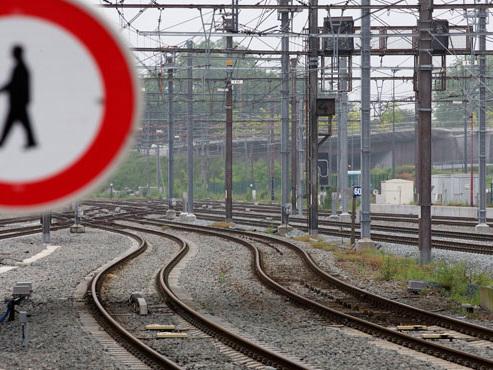 Un obus découvert à Jemappes: une ligne de train coupée, une autoroute fermée