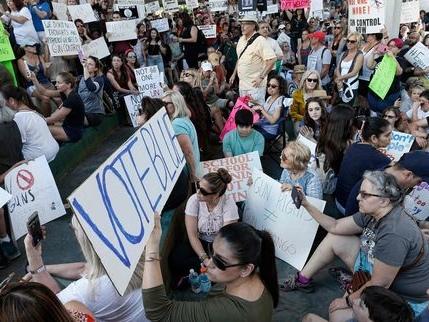 Des lycéens américains interpellent Donald Trump sur le lobby des armes