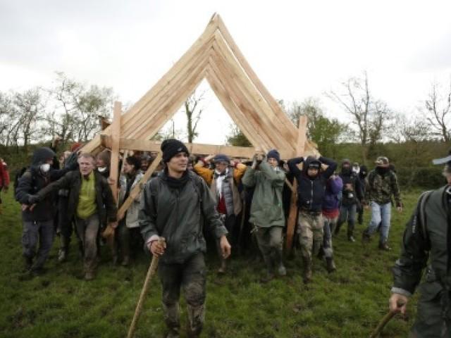 """NDDL: sur la Zad, des milliers de manifestants déterminés à """"reconstruire"""" et maintenir """"l'utopie"""""""