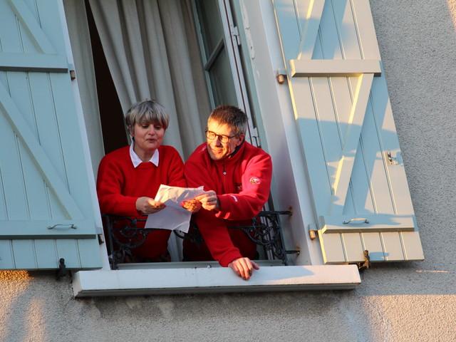 VIDEO. En Mayenne, ils chantent Goldman depuis leurs fenêtres pour soutenir le personnel soignant