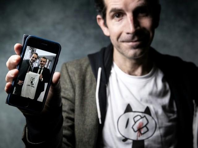 A Angoulême, Macron célèbre la BD et pose avec un t-shirt contre les violences policières
