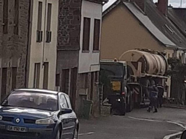 En Mayenne, la scène est insolite, un convoi militaire est bloqué dans le centre-ville d'Ernée