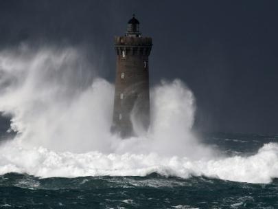Tempête Bella: jusqu'à 18.000 foyers privés d'électricité en Bretagne, Normandie, et dans le Nord Pas-de-Calais