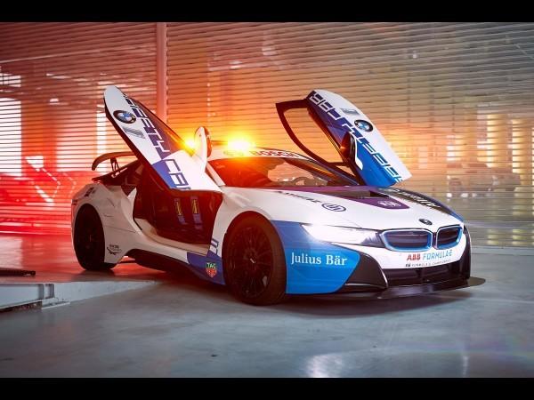 BMW i8 : nouveau look pour la safety car de la FE