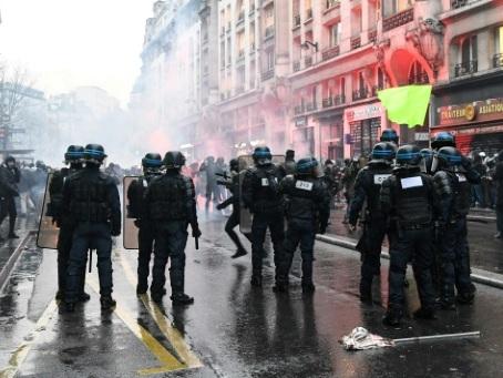 Ouverture d'une enquête après un tir de LBD à Paris, la préfecture de police se défend