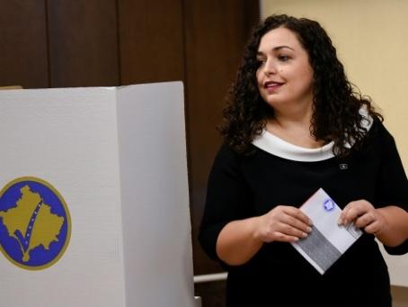 """Elections au Kosovo: l'opposition en tête face aux """"commandants"""""""