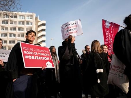 Retraites: les avocats décideront samedi de la poursuite de leur mouvement