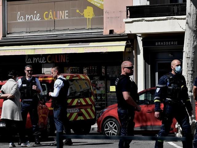 """Après l'attaque à Romans-sur-Isère, Macron promet de faire """"toute la lumière sur cet acte odieux"""""""