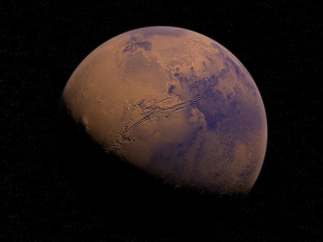 Sur Mars, un champ de dunes spectaculaire et un drôle de cratère